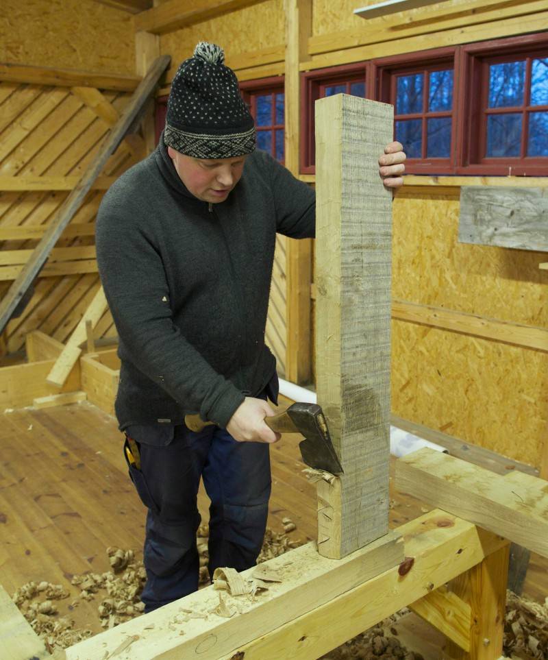 Roald Renmælmo works on one of the legs from the Vasa workbench.